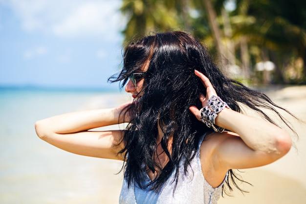Ritratto di moda estate carina di donna castana di bellezza divertirsi sulla spiaggia, ballare e sorridere