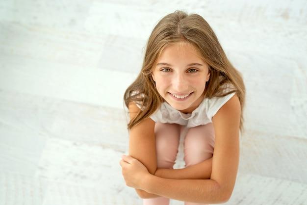 Симпатичная девушка, глядя вверх, улыбаясь