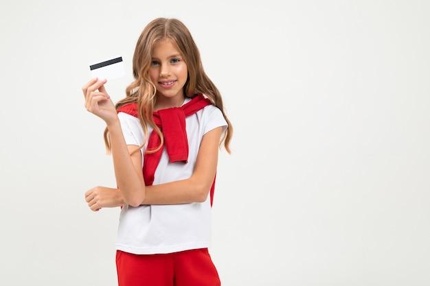 美しい顔のかわいいティーンエイジャーはクレジットカードを持っています
