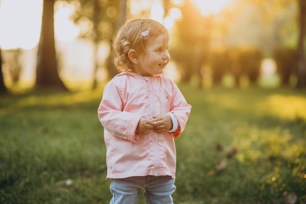 秋の公園でかわいい幼児の女の子