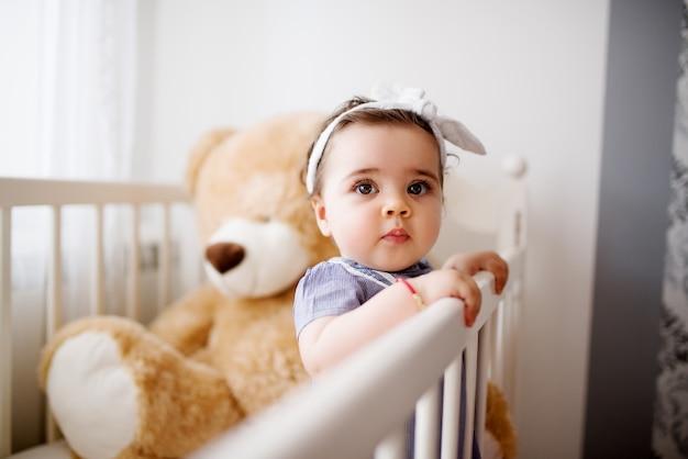 그녀의 침대에서 귀여운 유아입니다. 정오 낮잠 준비.