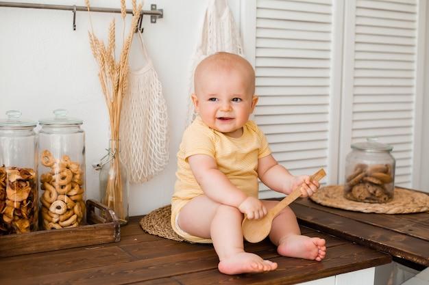 家の木製キッチンでかわいい幼児