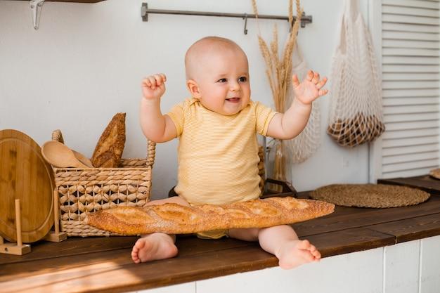 Милый малыш на деревянной кухне дома