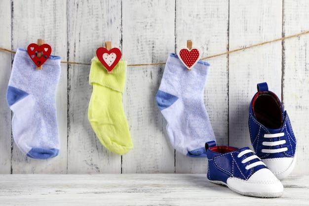 木製のかわいい幼児の靴と靴下