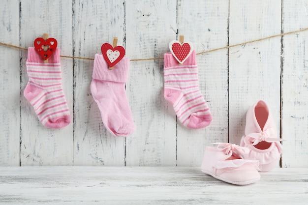 木製のテーブルの上のかわいい幼児の靴