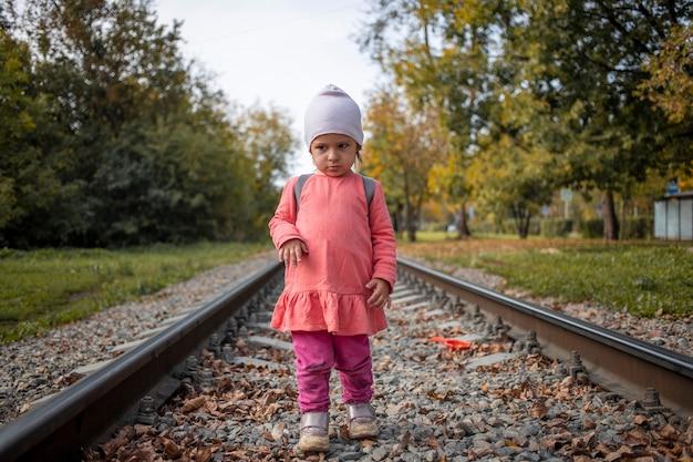 여름날 철도 위를 혼자 걷는 귀여운 유아