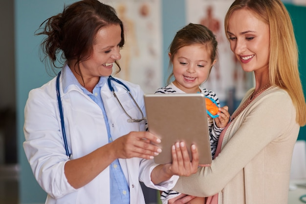 Милый малыш с мамой у врача