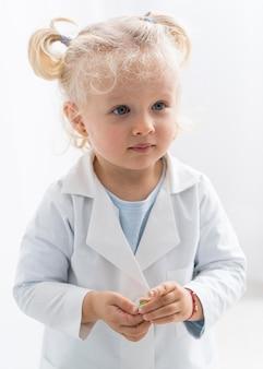 실험실 외 투를 가진 귀여운 아이