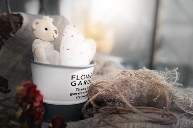 アルミバケツの白いハートとかわいいバレンタインのクマ。バレンタインデーのコンセプトの背景