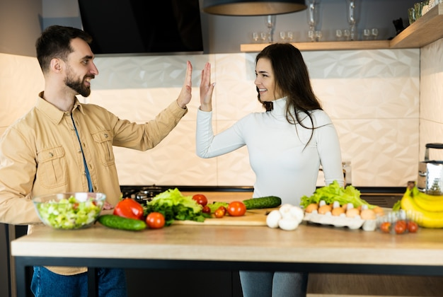 Милая вегетарианская пара готовит вместе пятерых и выглядит такой счастливой и здоровой