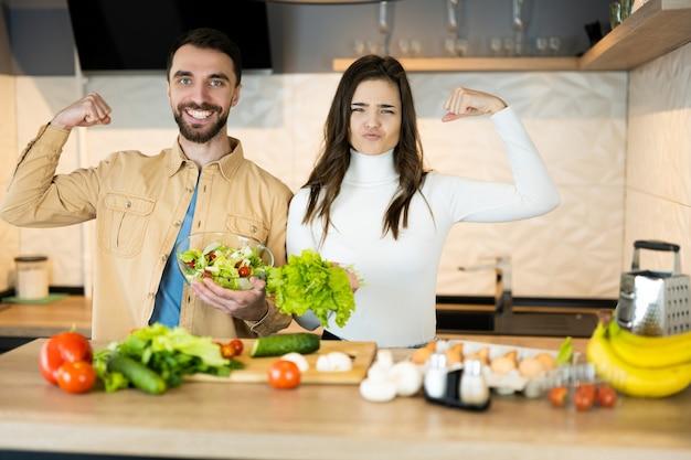 Милая вегетарианская пара показывает, какие они здоровые и сильные.