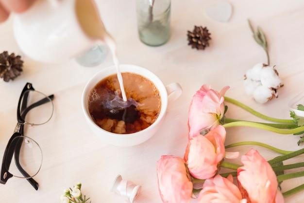 花、花びら、葉のあるかわいいビンテージ写真フラットレイトップビュー。ブログ、ウェブサイト、ソーシャルメディアプラットフォーム用のミニマルな写真。