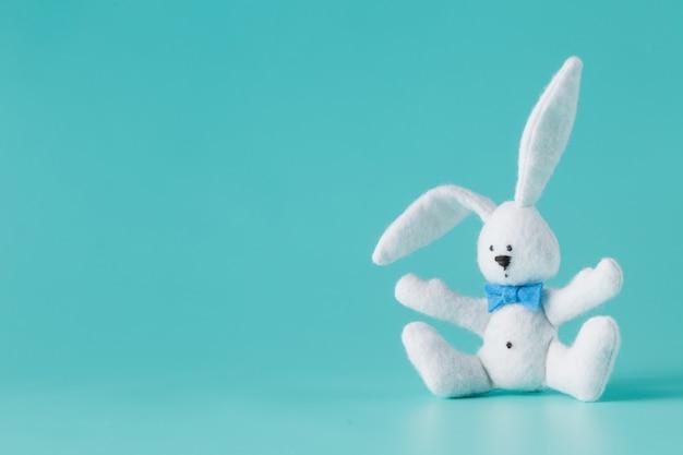 Симпатичная белая игрушка кролик