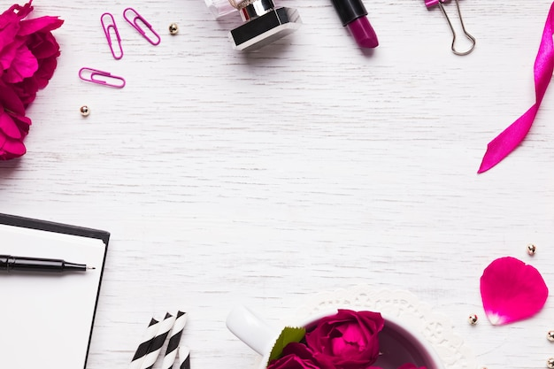 Симпатичные женские аксессуары в розовом цвете с отрицательным пространством, вид сверху