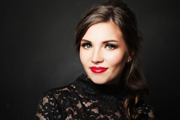 Милая женщина. красивый макияж красных губ и теней для век