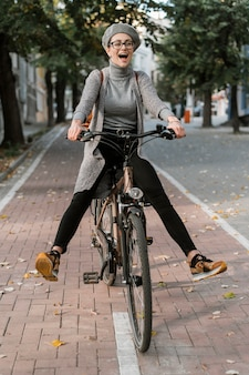 Donna carina scherzare sulla sua bici