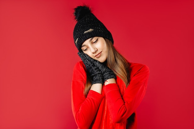 Милая женщина в теплой шапке и перчатках