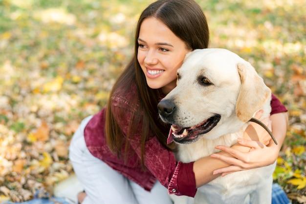 Милая женщина влюблена в свою собаку