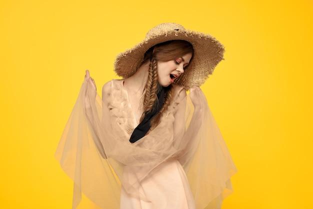 分離された黒いリボンと麦わら帽子のかわいい女性