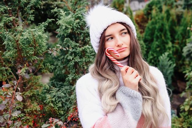 Милая женщина в свитере с елкой