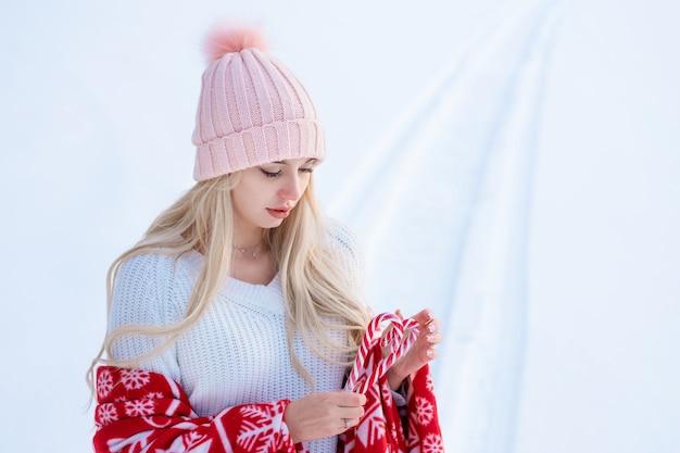 ふわふわの帽子をかぶって冬のかわいい女性