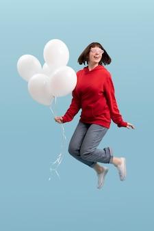 青で孤立ジャンプかわいい女性