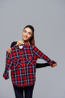 かわいい女性の服を選ぶ、シャツを選ぶ