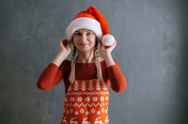 サンタの帽子をかぶっているかわいい女性