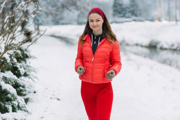 Симпатичная женщина работает зимой