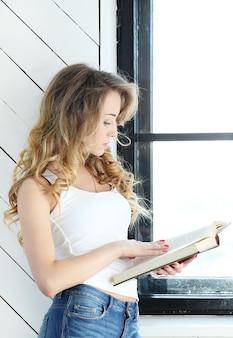 Donna carina studiando