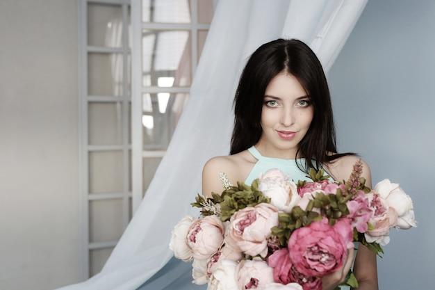 꽃 부케와 귀여운 여자