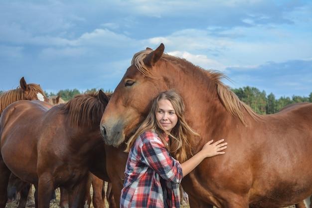 彼女の赤い馬とかわいい女性。