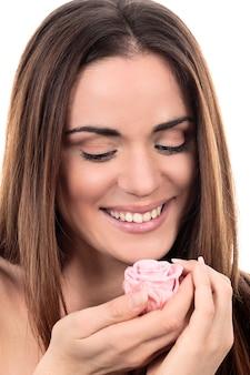Donna carina con rosa rosa su sfondo bianco