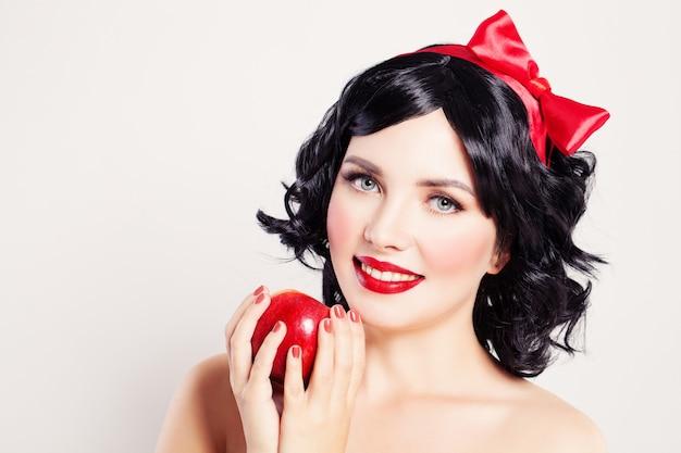 Милая женщина с красным яблоком