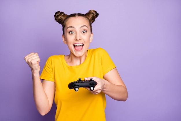Милая женщина с узлами позирует на фиолетовой стене Premium Фотографии