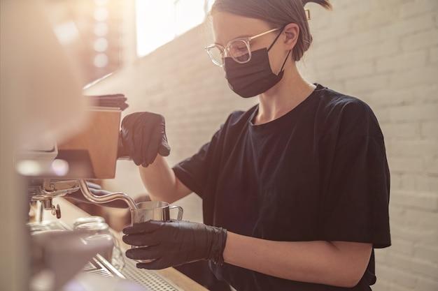 카페테리아에서 커피 머신으로 일하는 귀여운 여자
