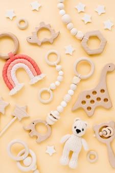 귀여운 나무로 만든 아기장난감. 니트 곰, 무지개, 공룡 장난감, 구슬 및 별.