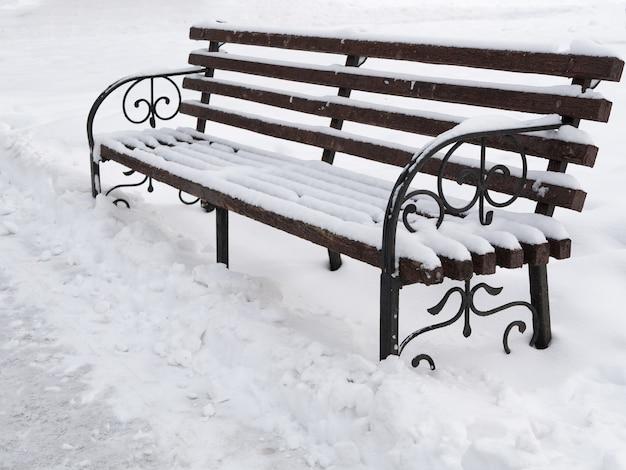 겨울에 공원에서 귀여운 나무 벤치