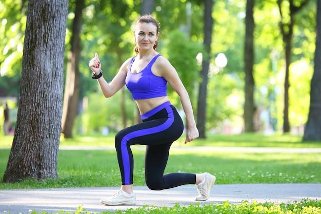 자연 속에서 스포츠를 하 고 귀여운 젊은 운동 여자