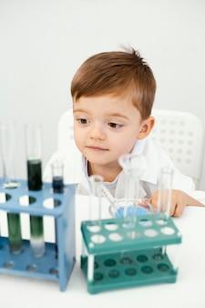 実験をしているかわいい少年科学者