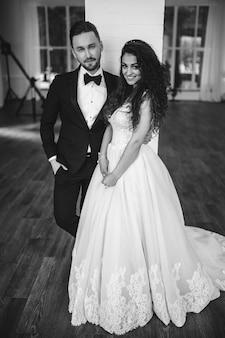 結婚式でかわいい若いカップル