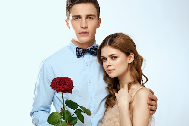 Милая молодая пара обнять розу свидание роскошный шарм