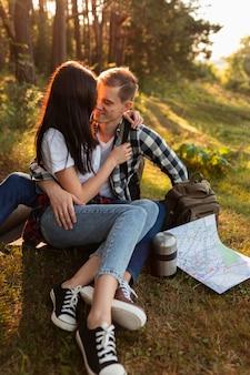Giovani coppie sveglie nell'amore all'aperto Foto Gratuite