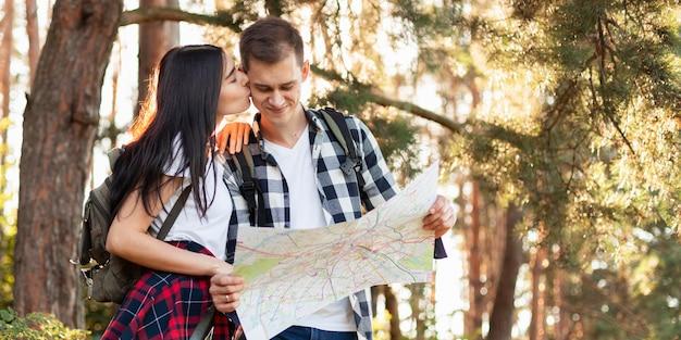 Милая молодая пара, путешествующая вместе