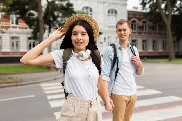 一緒に旅行するかわいい若いカップル