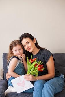 Симпатичная молодая девушка позирует с матерью