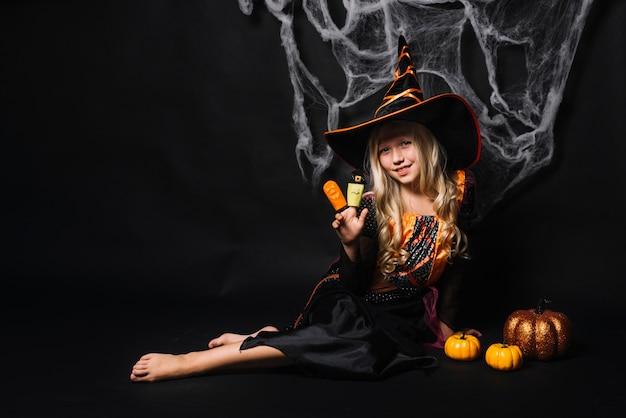 Симпатичная молодая девушка с куклами на пальцах