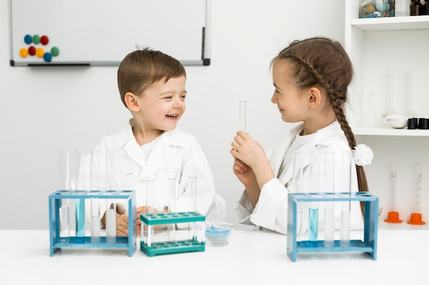 試験管を持つかわいい若い子供たちの科学者