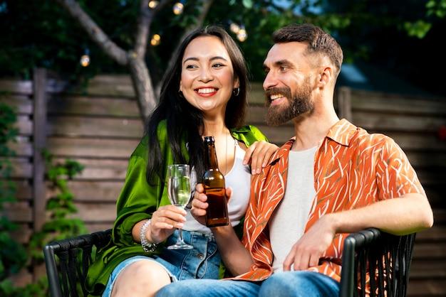 Симпатичный молодой мужчина и женщина вместе с напитками
