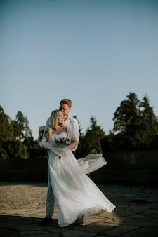 かわいい若い新婚カップル